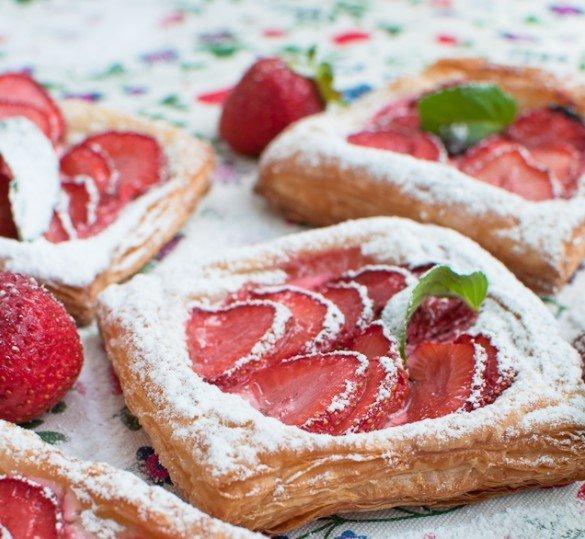 Sluoksniuotos tešlos pyragėliai su kreminiu sūreliu ir uogomis