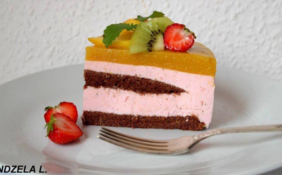 Gaivus varškės tortas su braškėmis ir mango