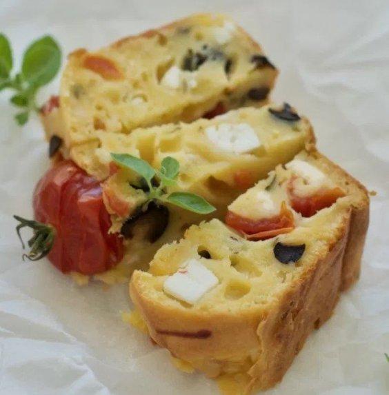 Užkandinė duonelė su feta sūriu, pomidorais ir alyvuogėmis