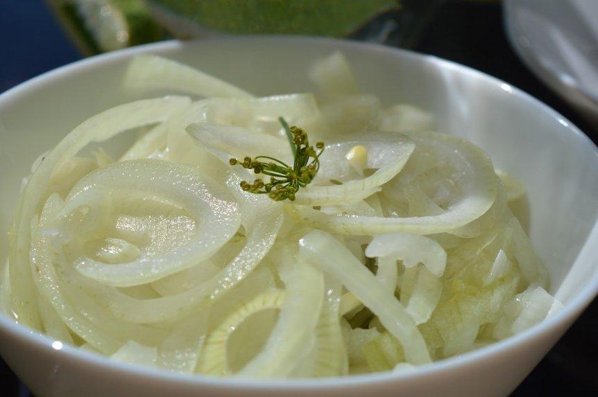 Greitai marinuoti svogūnai prie mėsos