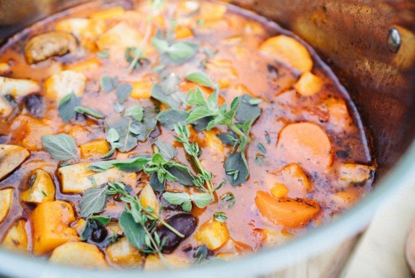 Aromatingas pomidorinis vištienos ir daržovių troškinys