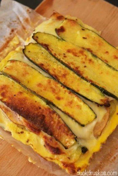 Itališkas cukinijų ir bulvių apkepas su kumpiu ir mocarela sūriu