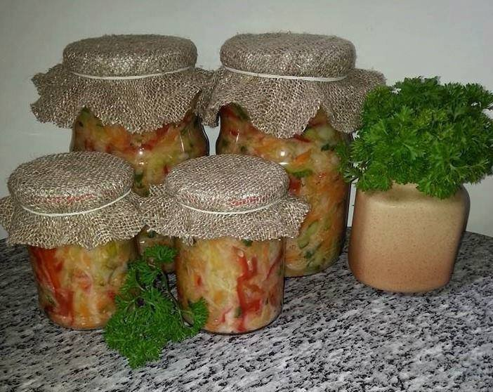 Nekaitinta kopūstų, agurkų ir pomidorų mišrainė žiemai