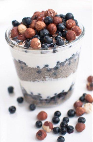 Sveikas pusryčių skanėstas su jogurtu, uogomis ir čija sėklomis