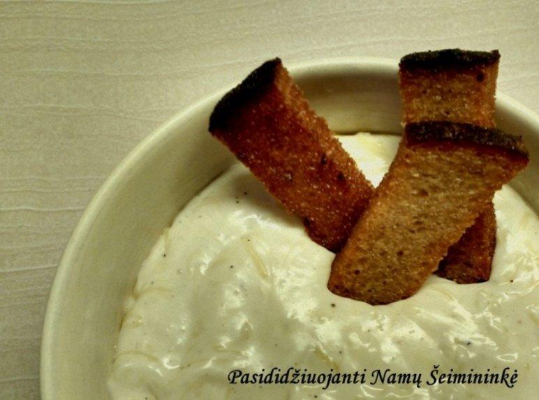 Pikantiškas sūrio padažas prie keptos duonos