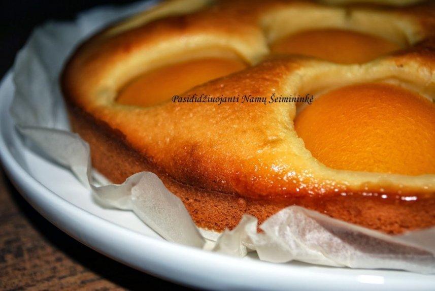 Greitas pyragas su konservuotais persikais