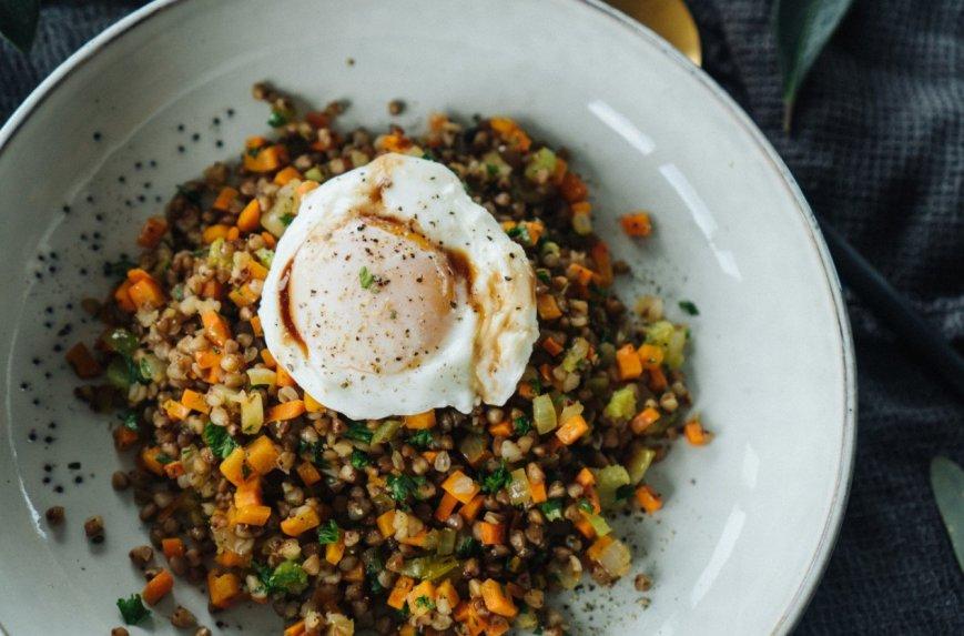 Grikiai su daržovėmis ir minkštai virtu kiaušiniu