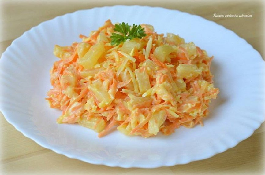 Morkų salotos su sūriu ir ananasais