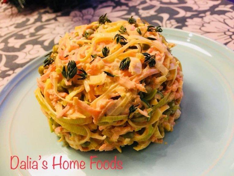 Pikantiška morkų mišrainė su sūriu ir porais