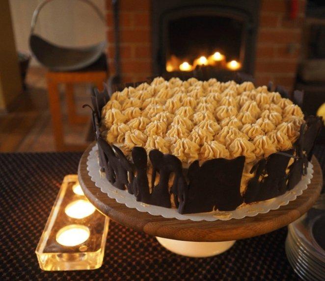 Šokoladinis karamelinis maskarponės tortas su vyšniomis