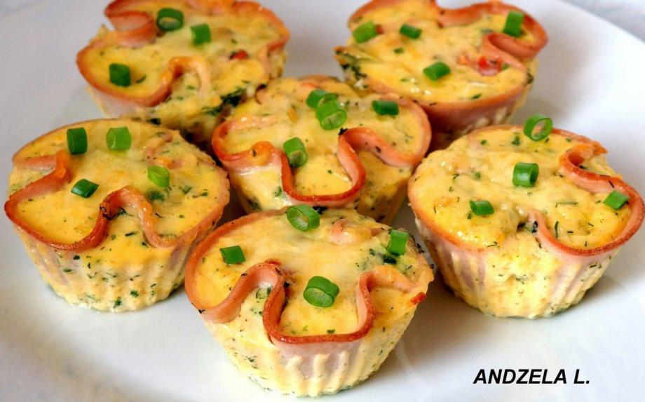 Kumpio ir kiaušinių keksiukai su sūriu