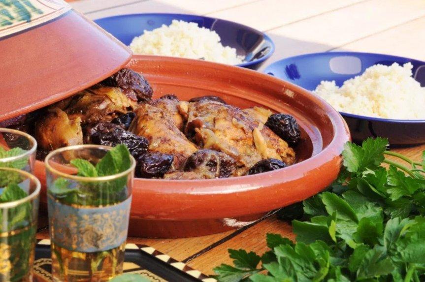 Aromatingas marokietiškas vištienos troškinys su medumi ir džiovintomis slyvomis