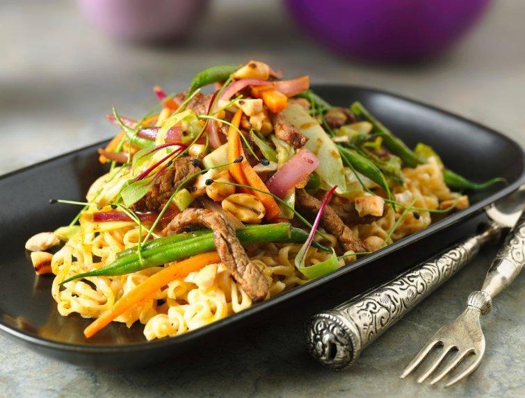 Tailandietiška jautiena su daržovėmis ir anakardžių riešutais