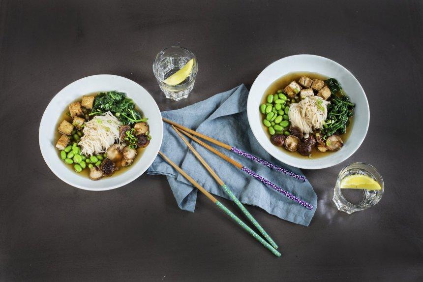 Vegetariška RAMEN makaronų sriuba su tofu ir šitaki grybais