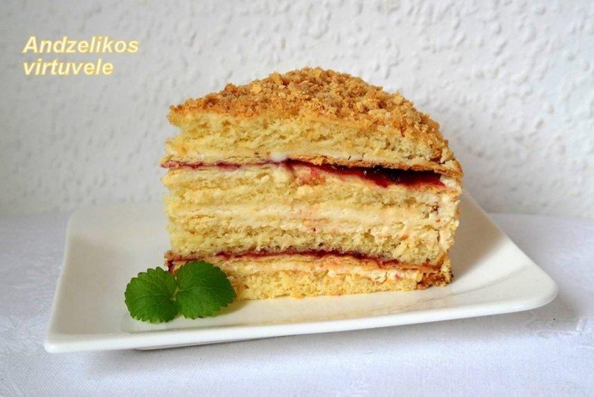 Smėlininis kondensuoto pieno tortas su plikytu kremu ir uogiene