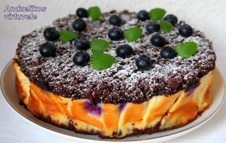 Minkštas šokoladinis varškės pyragas su uogomis