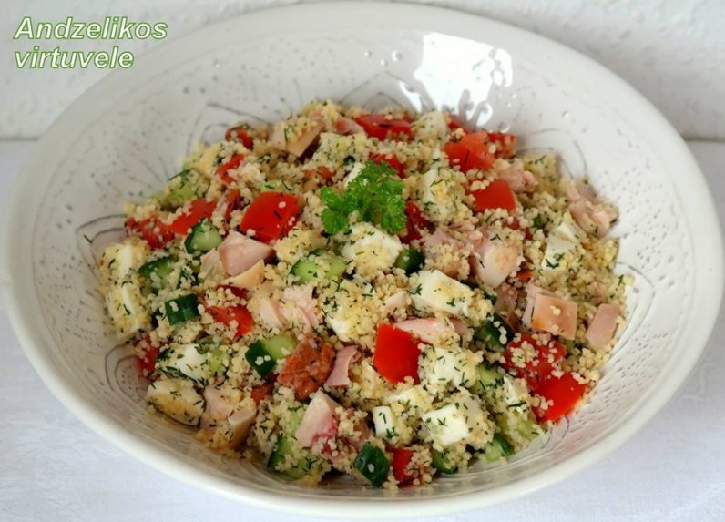 Greitos kuskuso salotos su vištiena ir daržovėmis