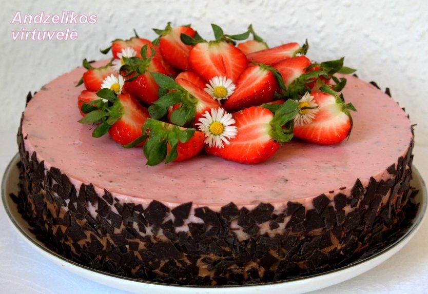 Šokoladinis tortas su jogurtiniu kremu ir uogomis