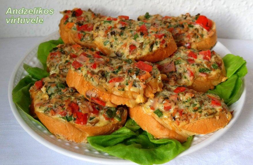 Karšti sumuštiniai su kumpiu ir pievagrybiais