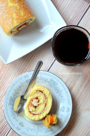 Rabarbarų ir braškių vyniotinis pyragas su maskarpone