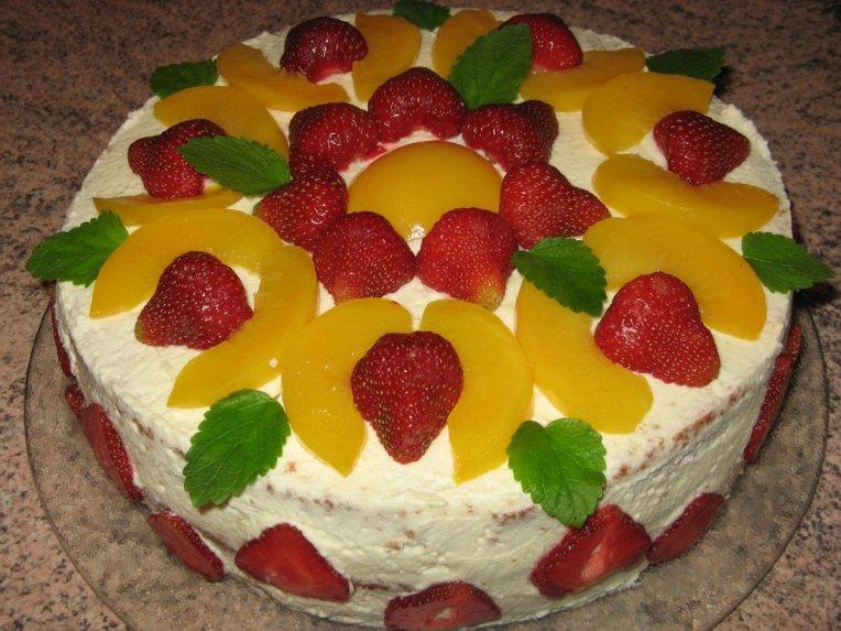 Tortas su braškėmis ir persikais