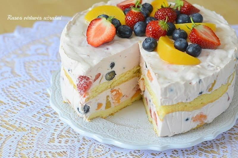 Gaivus vaisių ir uogų tortas
