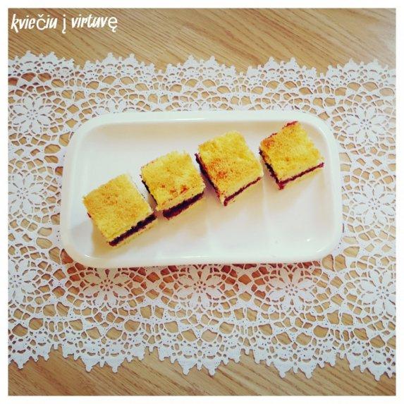Biskvitinis pyragas su uogiene