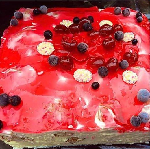Nekeptas plikytų sausainių tortas su žele