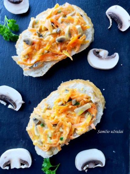 Kepti sumuštiniai su morkomis ir pievagrybiais