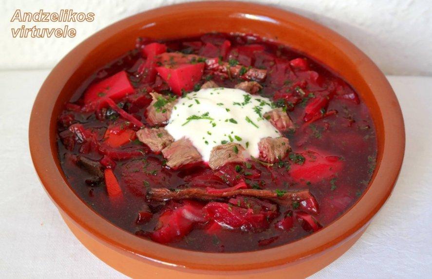 Burokėlių sriuba su mėsa, raugintais kopūstais ir grybais