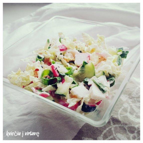 Daržovių salotos su krabų lazdelėmis