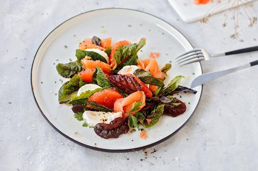 Greipfrutų salotos su ZIGMO rūkyta lašiša ir mocarela