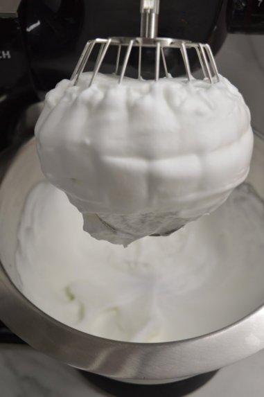 Šokoladinis tortas su kondensuotu pienu ir slyvomis