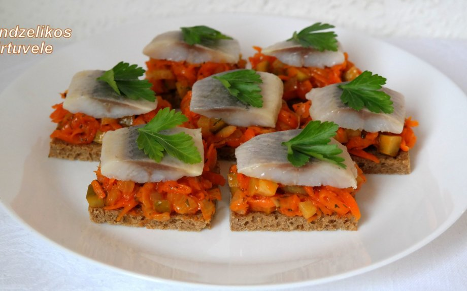Silkės sumuštiniai su morkomis