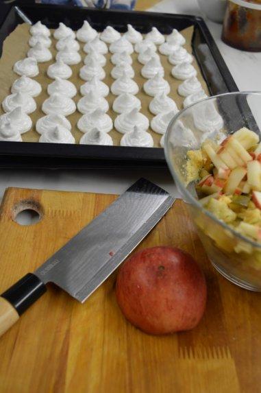 Avinžirnių mišrainė su obuoliais ir marinuotais agurkais