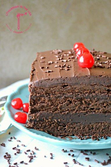 Šokoladinis tortas su romu ir džiovintomis slyvomis