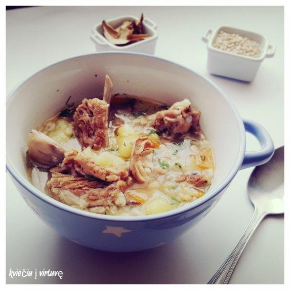 Perlinių kruopų sriuba su šonkauliais ir grybais