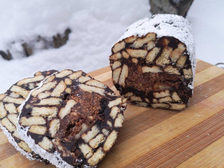 Šokoladinis Tinginys su džiovintomis slyvomis, traškučiu ir bananu