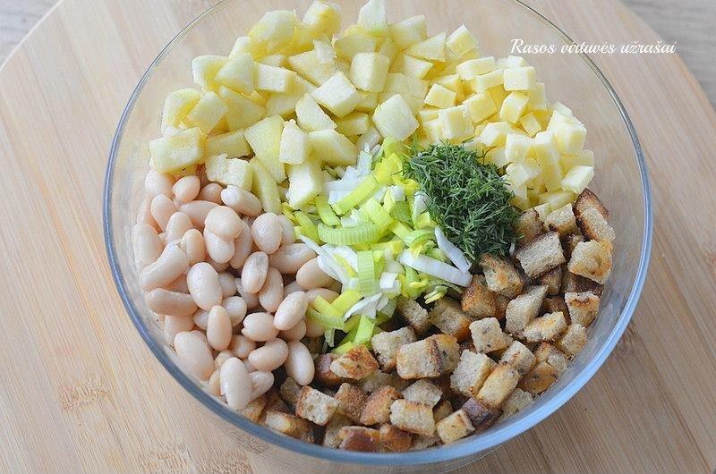 Keptos duonos salotos su pupelėmis ir obuoliais