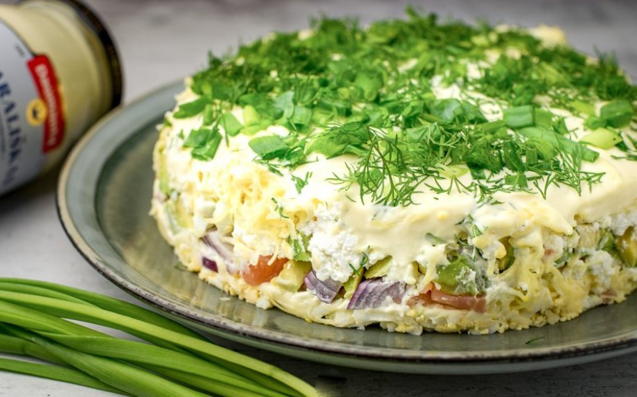 Sluoksniuotos salotos su lašiša, avokadais ir varške