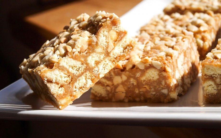 Nekeptas karamelinis sausainių pyragas Snickers