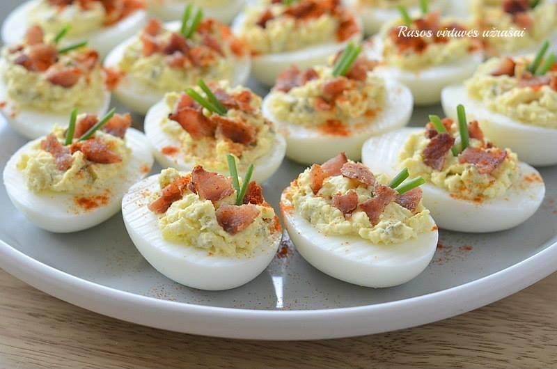 Įdaryti kiaušiniai su marinuotais agurkėliais