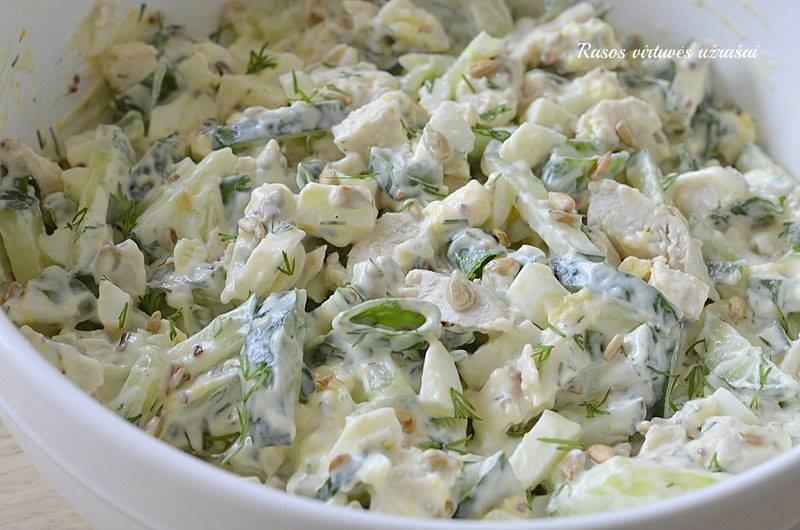 Gaivios vištienos salotos su agurkais ir saulėgrąžomis