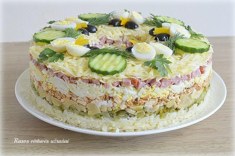 Sluoksniuotos vištienos salotos su pievagrybiais ir sūriu
