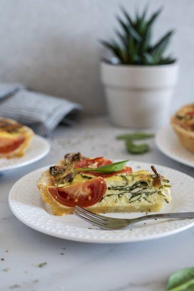 Pyragas su varške, špinatais ir pomidorais
