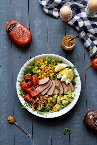 Spalvingos salotos su vištiena, avokadais ir riešutais