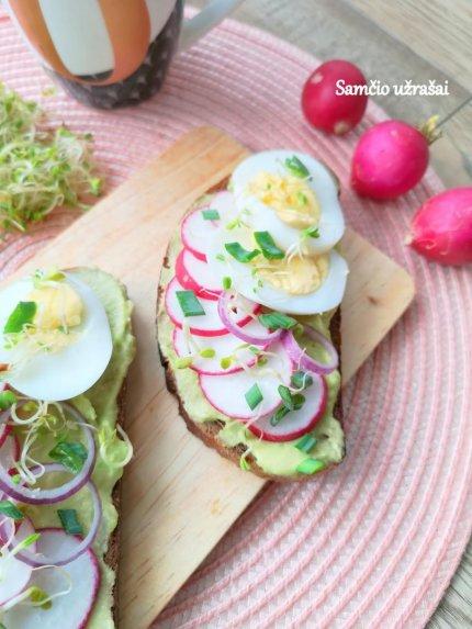 Maistingi pusryčių sumuštiniai su avokadais ir ridikėliais