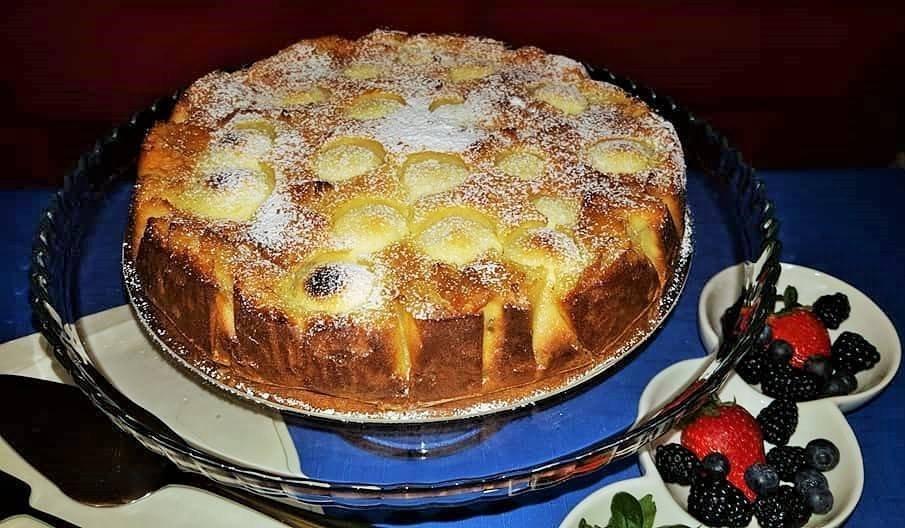 Drėgnas obuolių pyragas su varškės kamuoliukais