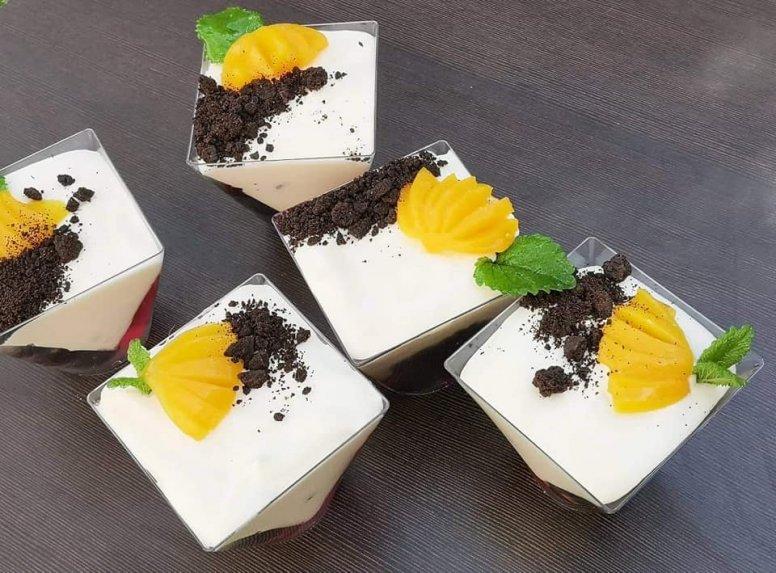 Sluoksniuotas želė desertas su kreminiu sūreliu