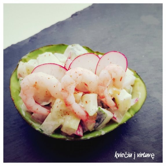 Gaivios salotos su ridikėliais ir krevetėmis avokado puselėse